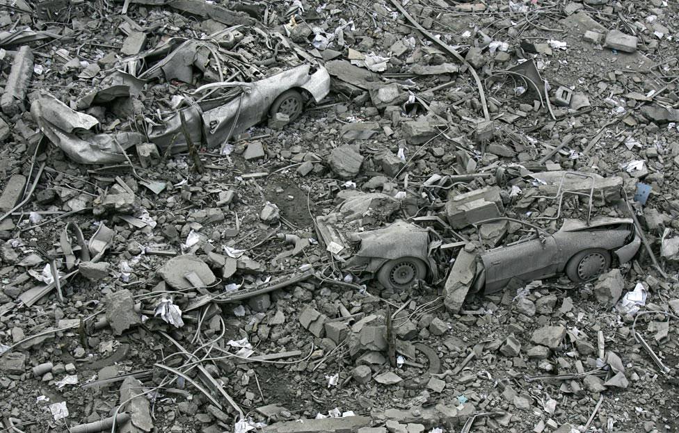 Автомобили погребены под обломками здания, фото