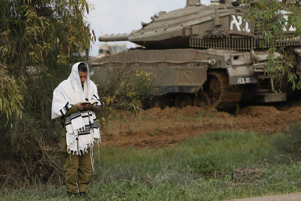Израильский солдат молится, фото