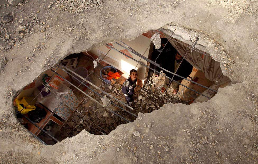 ребенок в разрушенном доме, фото