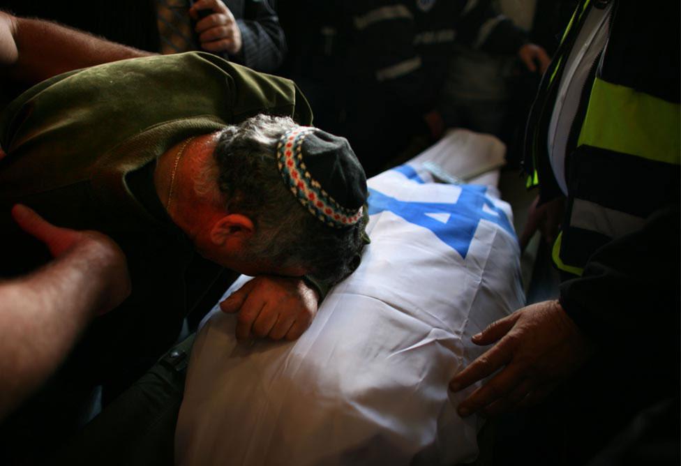 отец около убитой дочери, фото