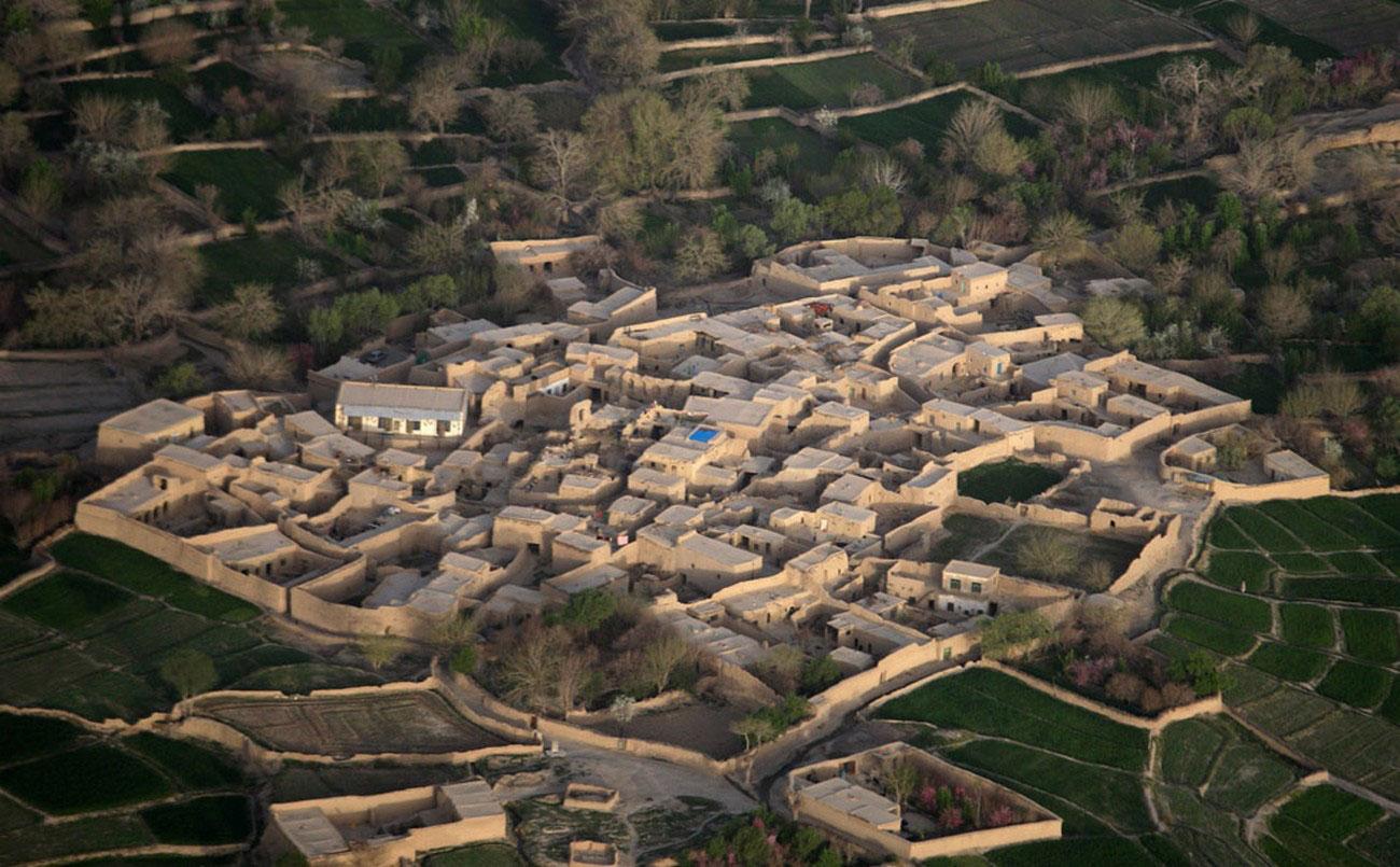 деревня среди полей опийного мака, фото войны в Афганистане