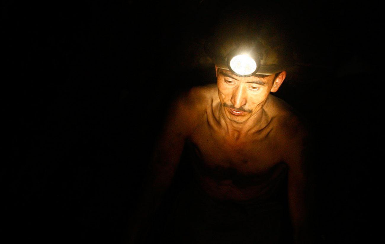 Афганский шахтер работает на угольной шахте, фото войны