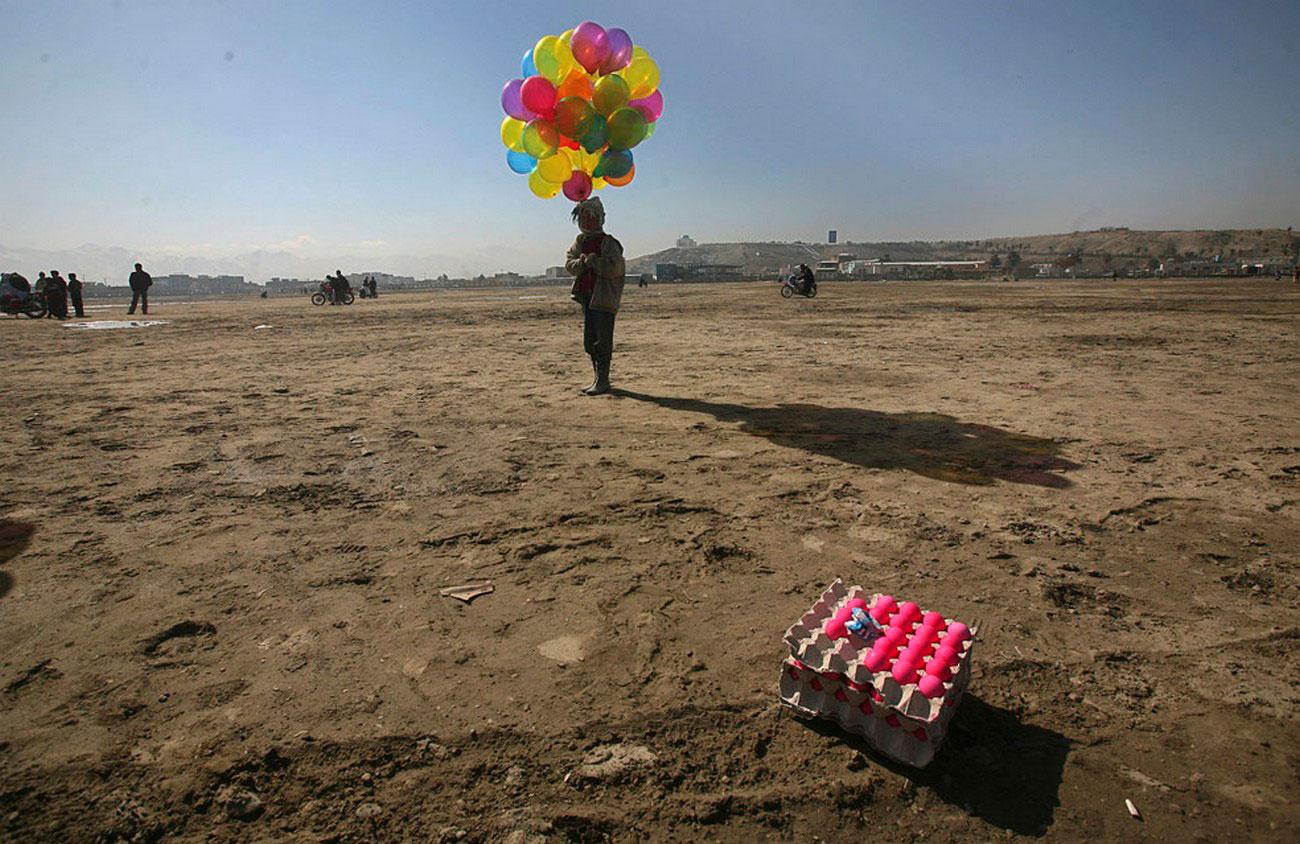 афганский мальчик с шарами, фото