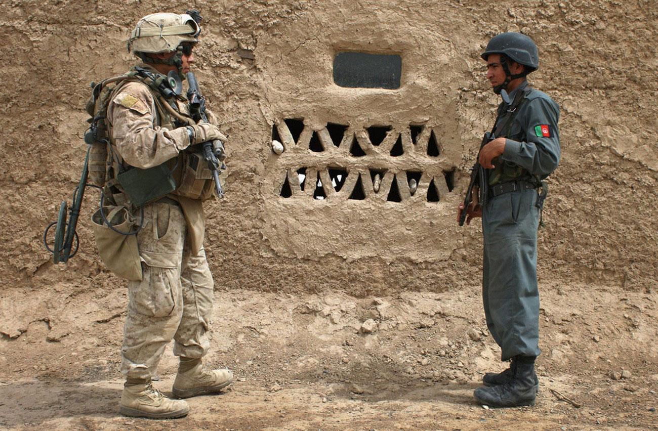 Морской пехотинец США и афганский полицейский, фото войны