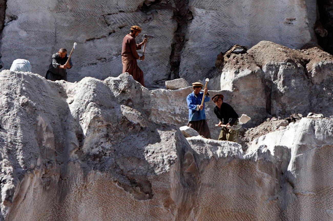 на соляной шахте в районе провинции Тахар, фото Афганистана