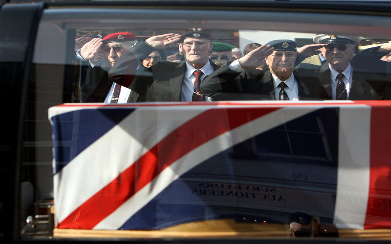 Ветераны салютуют траурному кортежу, фото войны