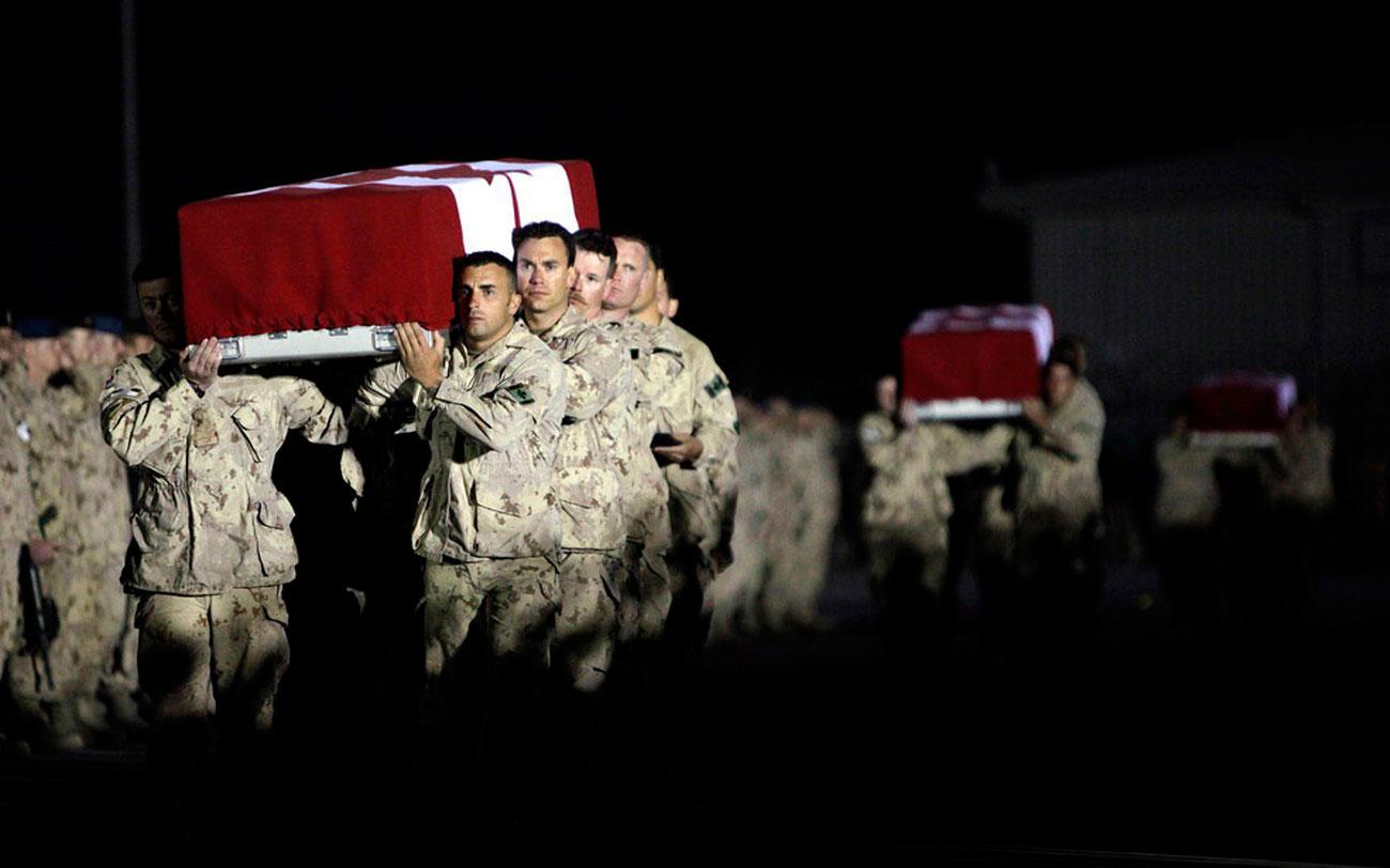 Канадские солдаты несут гробы, фото войны