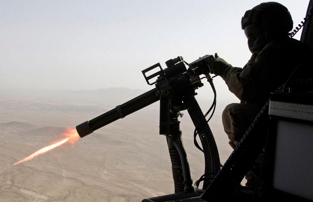 огонь из пулемета с военного вертолета, фото войны