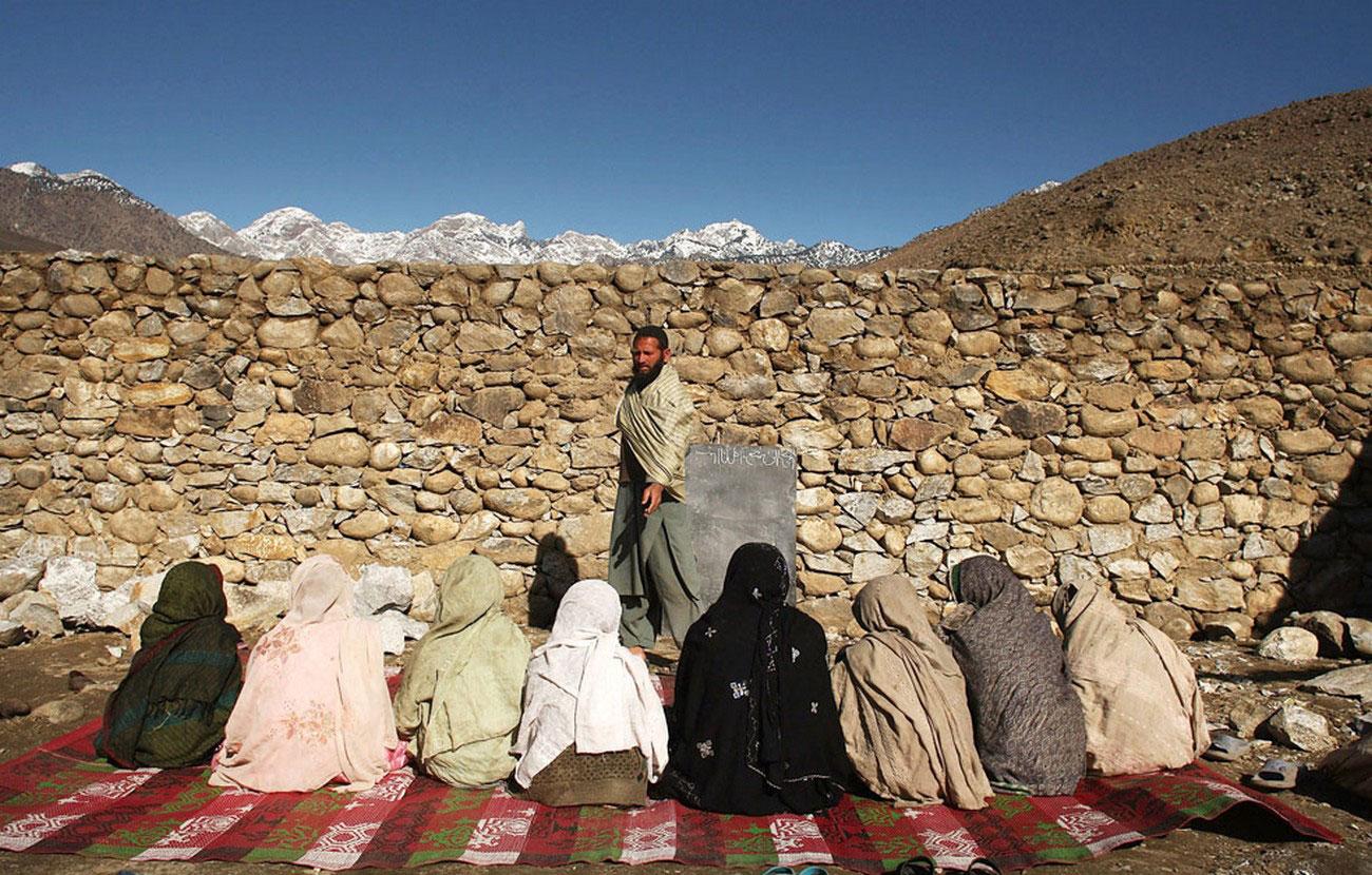 девочки в Афганской школе