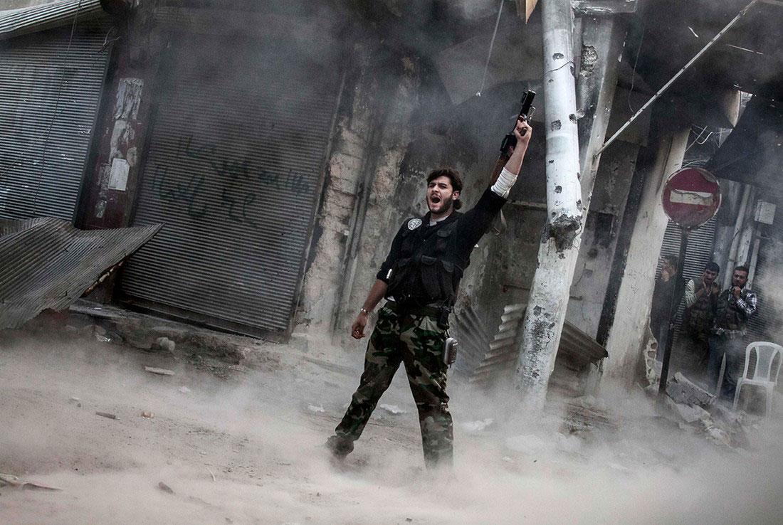 боевик стреляет, фото, Сирия
