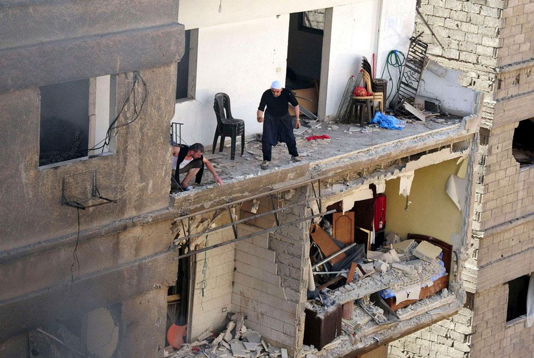 Жители в разрушенном доме, фото, Сирия война
