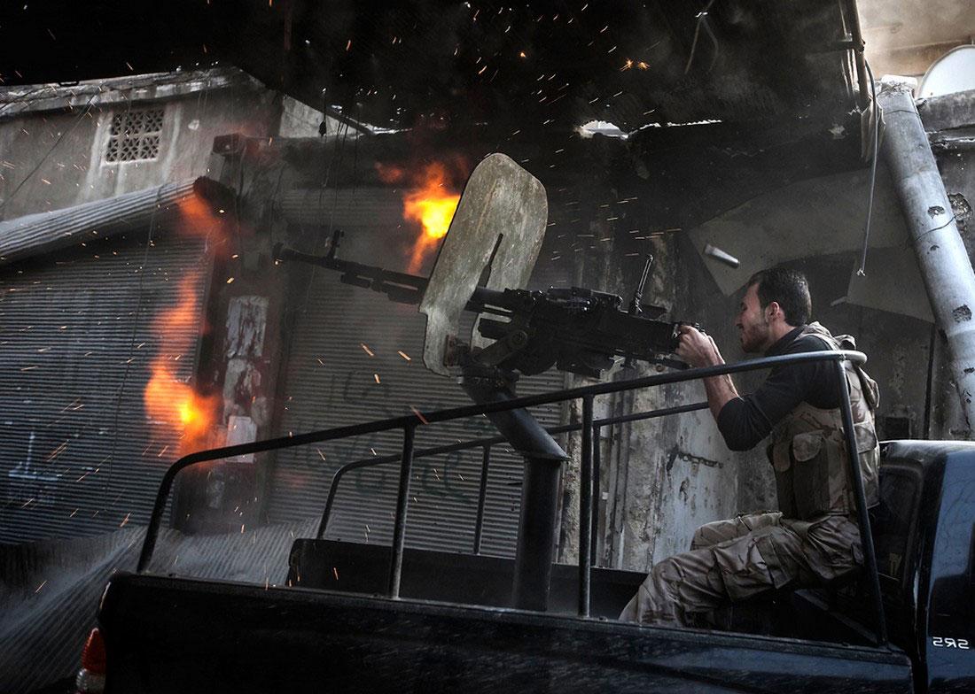 Боевик стреляет из пулемета по сирийским войскам, фото, Сирия война