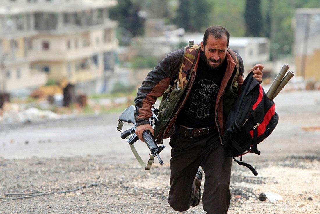 Солдат сирийской армии перебегает улицу, фото, Сирия