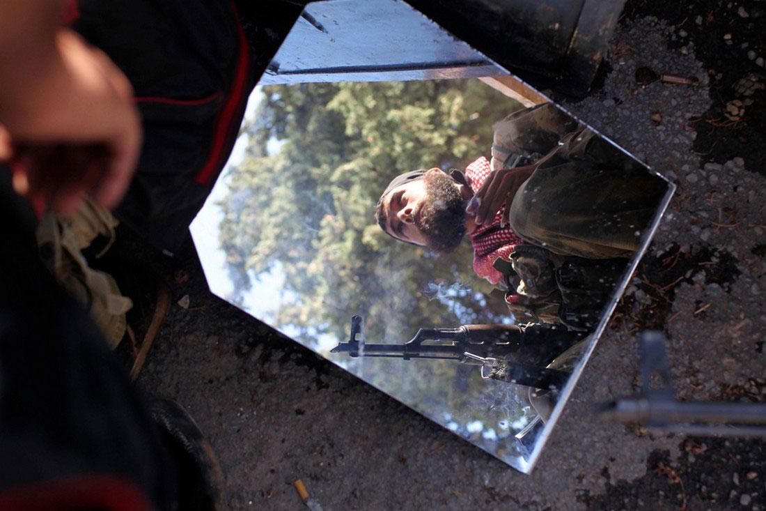 В зеркале отражение сирийского солдата, фото, Сирия