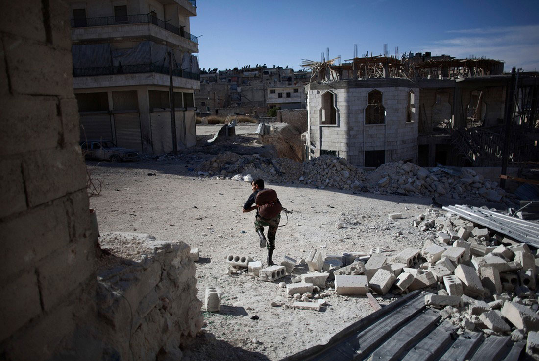 повстанец перебегает улицу, фото, Сирия война