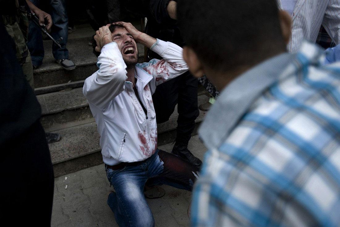 Мужчина оплакивает смерть отца, фото, Сирия