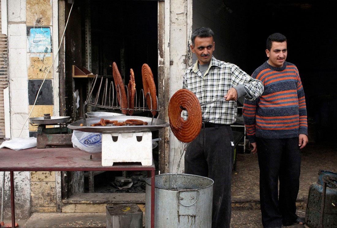 мужчина делает выпечку, фото, Сирия