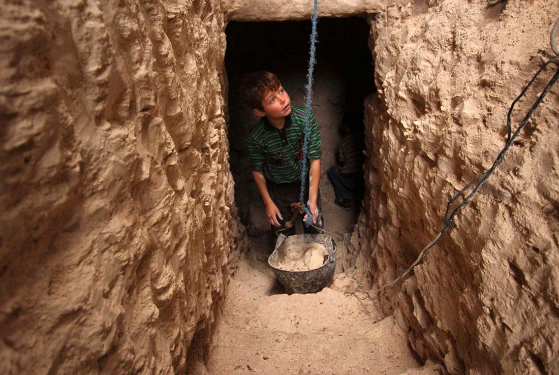 дети делают укрытия под домами, фото, Сирия