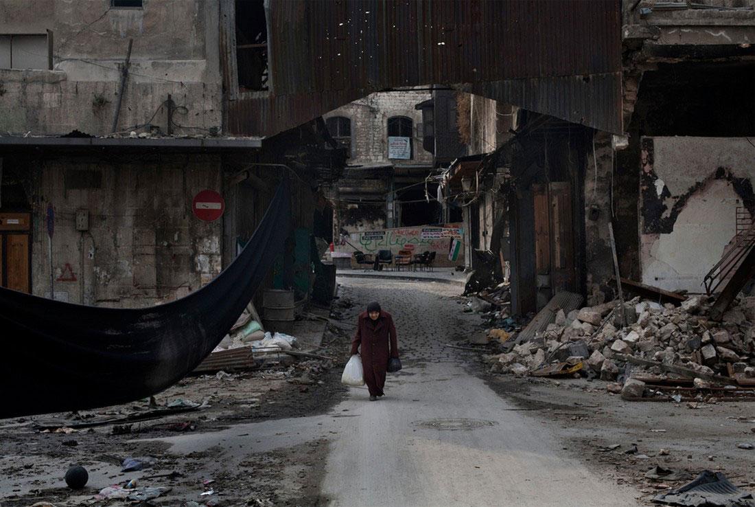 бабушка на улицах Алеппо, фото, Сирия