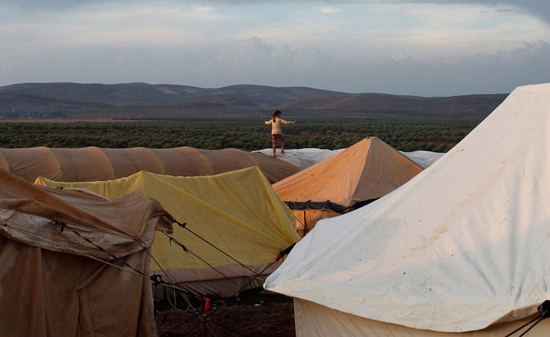 девочка ходит по палаткам в лагере для беженцев на сирийско-турецкой границе, 23 октября 2012 года., фото, Сирия