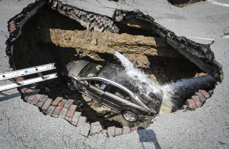 автомобиль провалился в канализацию