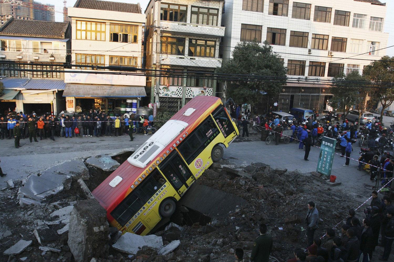 автобус провалился под землю