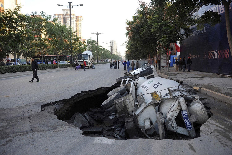 Цементовоз упал в яму