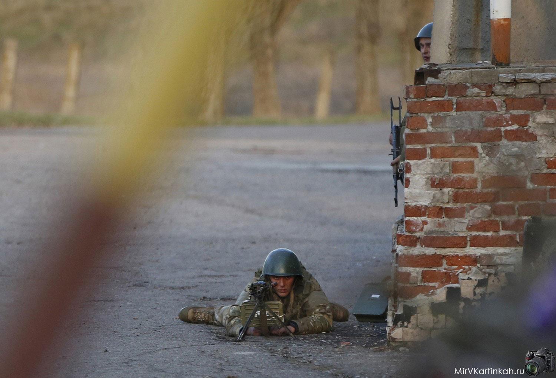 Украинский солдат на изготовке