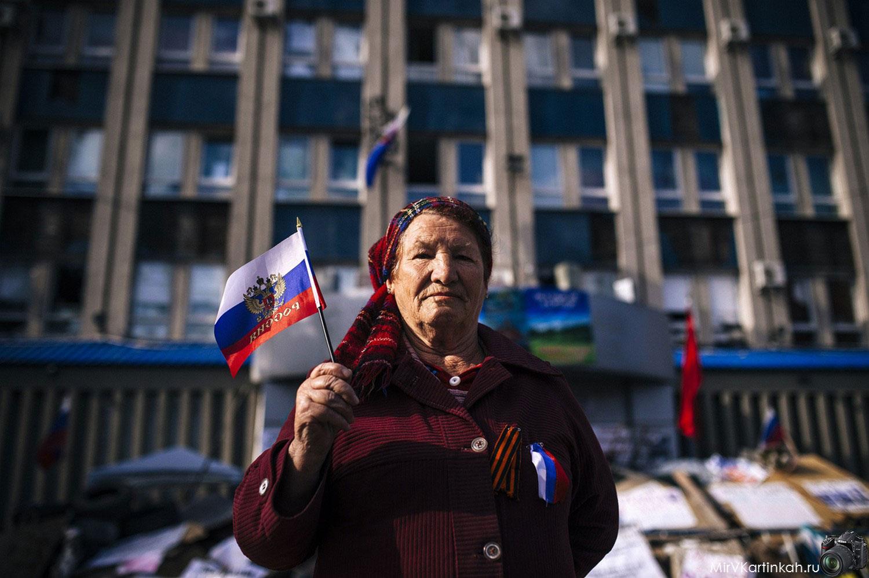 женщина с российским флагом