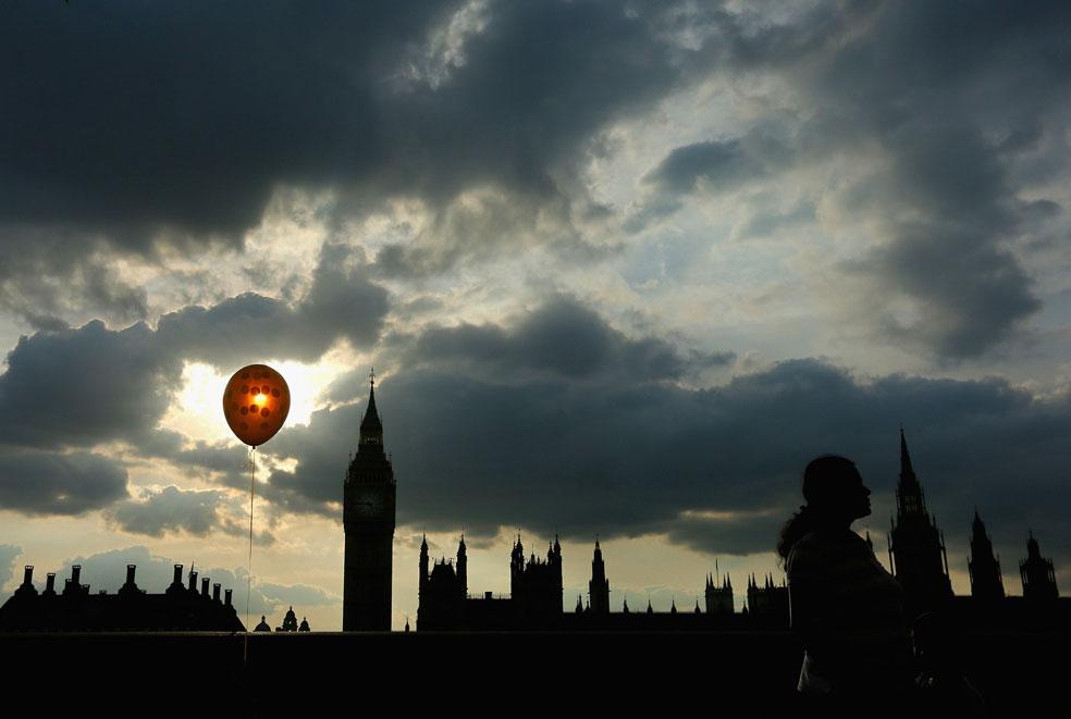 шар у башни Биг-Бен, фото