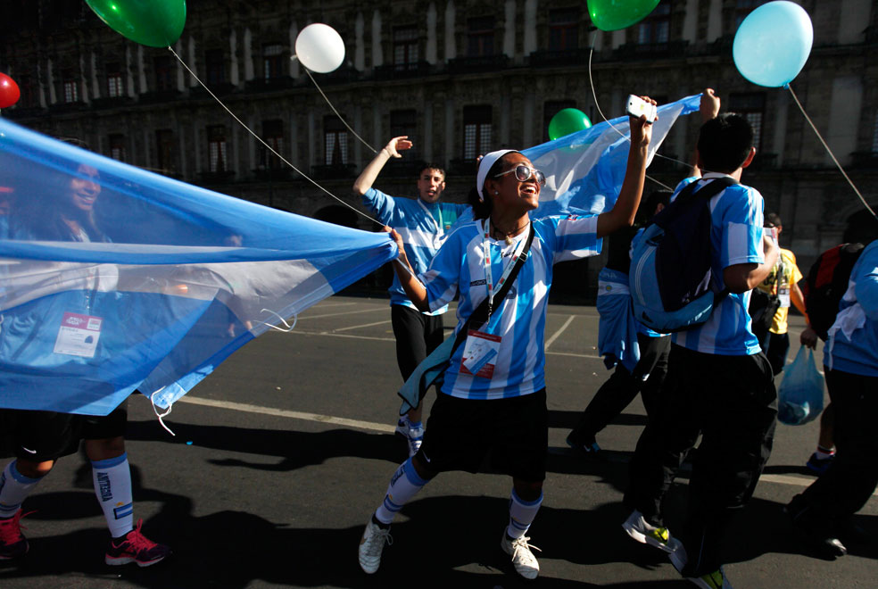 участница игр с воздушным шаром, фото