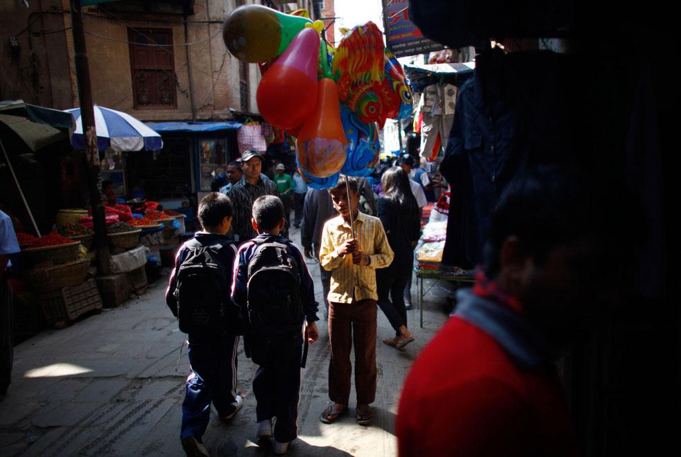 Молодой продавец шаров в Катманду, фото