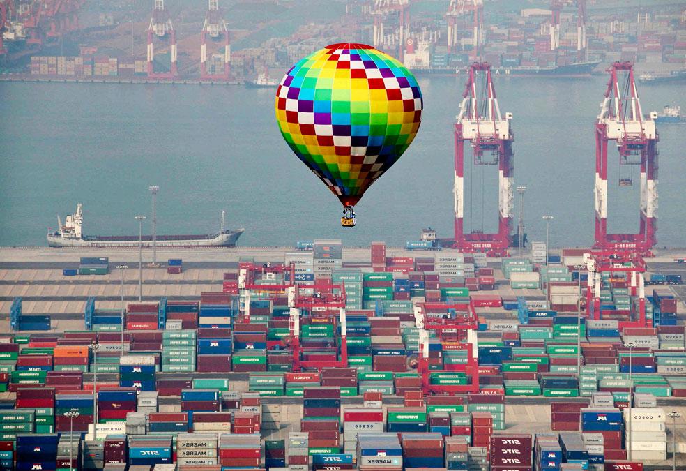 Воздушный шар пролетает над портом в Циндао, фото