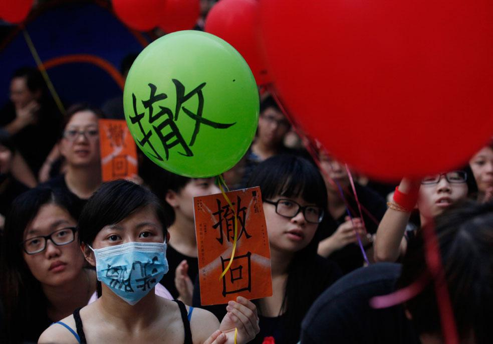 протестующие на митинге с шарами, фото