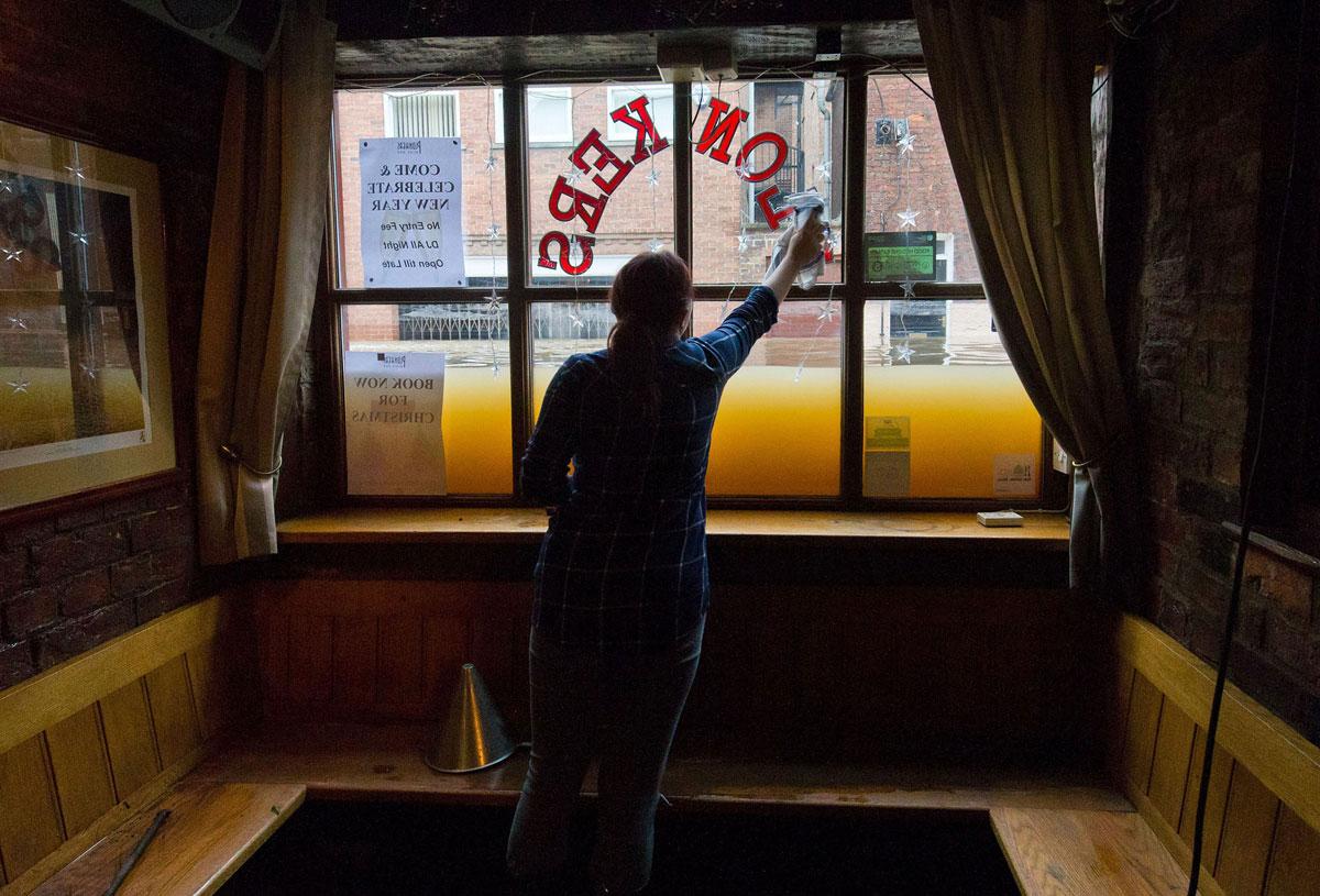 Женщина убирается в баре