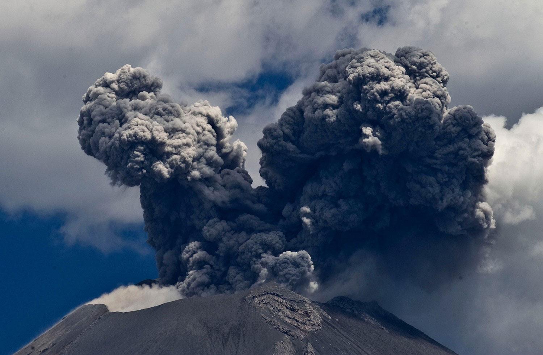 пепел и пар из вулкана Попокатепетль, фото