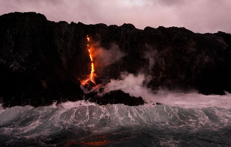 встреча воды и раскаленной лавы, фото