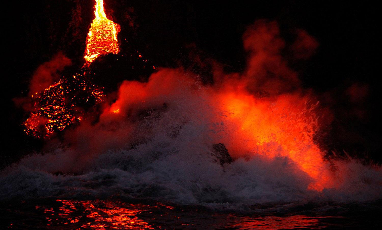 пар от вулкана над океаном, фото