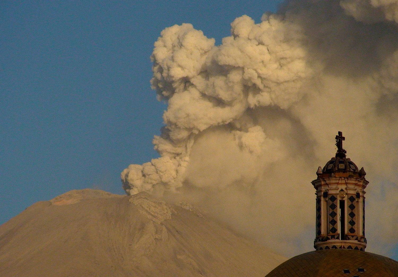облако пепла от вулкана Попокатепетль, фото