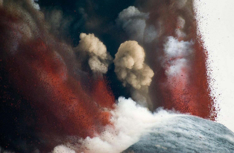Стратовулкан Этна бушует в деревне, фото