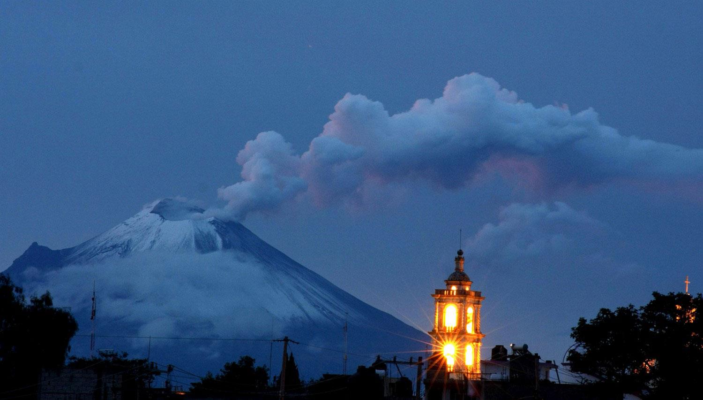 Пепел и пар от мексиканского вулкана, фото