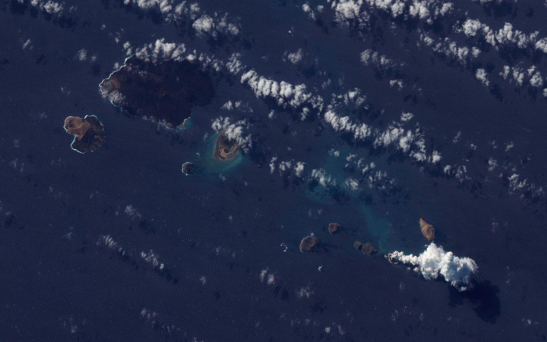 вулканический остров в море, фото