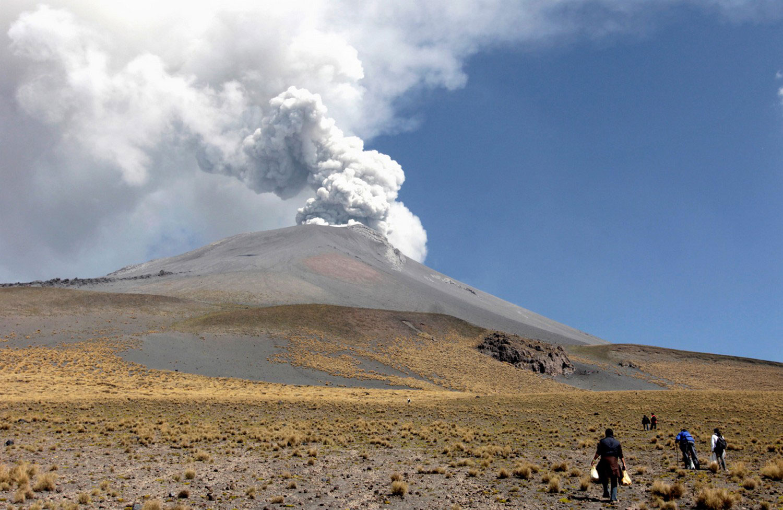 люди возле вулкана Попокатепетль, фото
