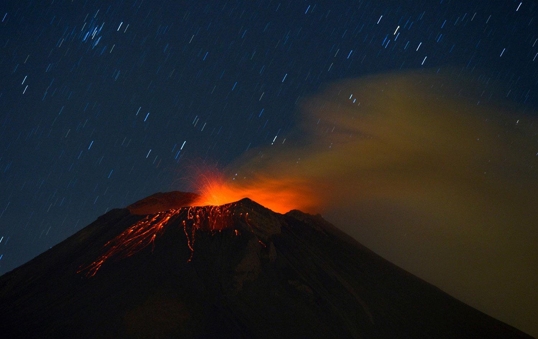 лава и дым от действующего вулкана, фото