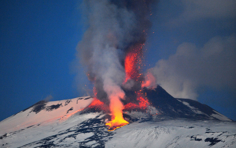 кратер гигантского вулкана Этна, фото