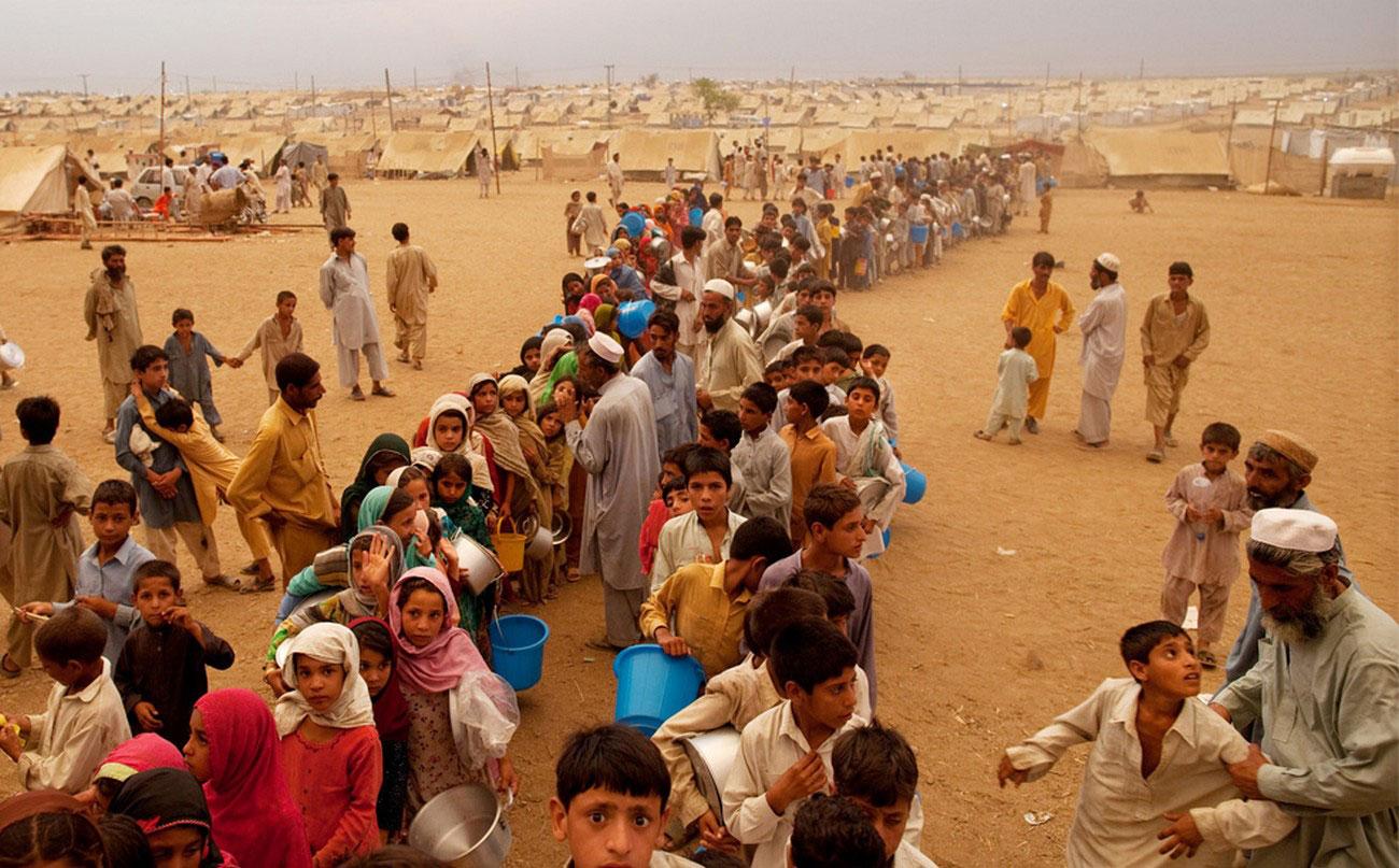 дети в очередях за едой в лагере переселенцев