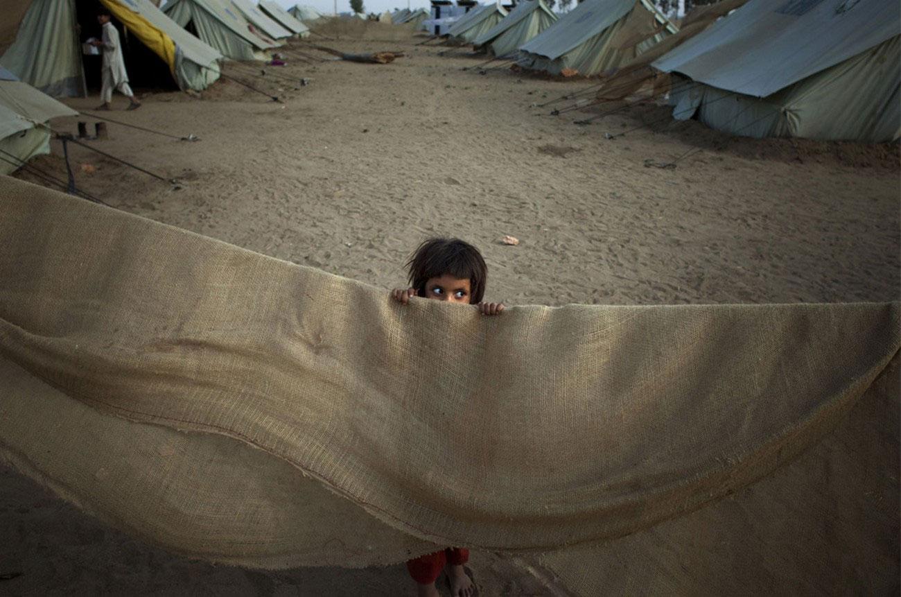 ребенок в лагере в Пакистане
