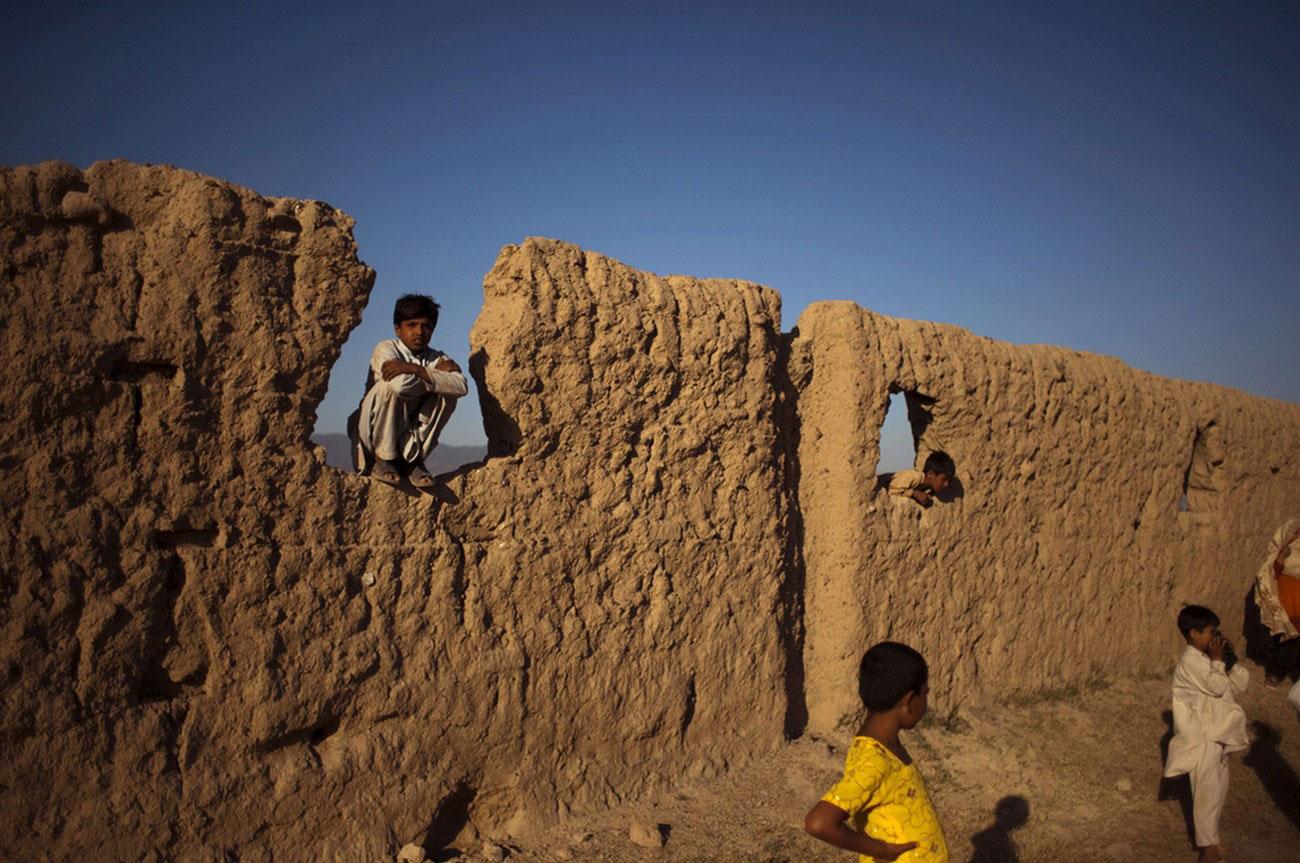 дети на руинах бывшего дома для афганских беженцев