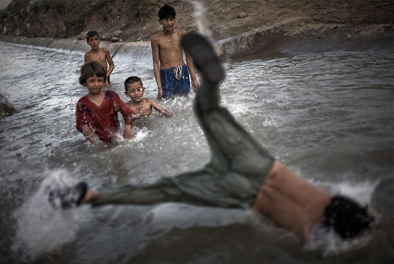 купание в пакистанской реке