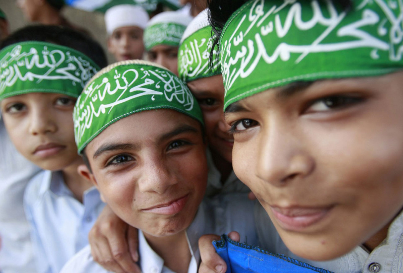 дети с повязками на головах в лагере для беженцев